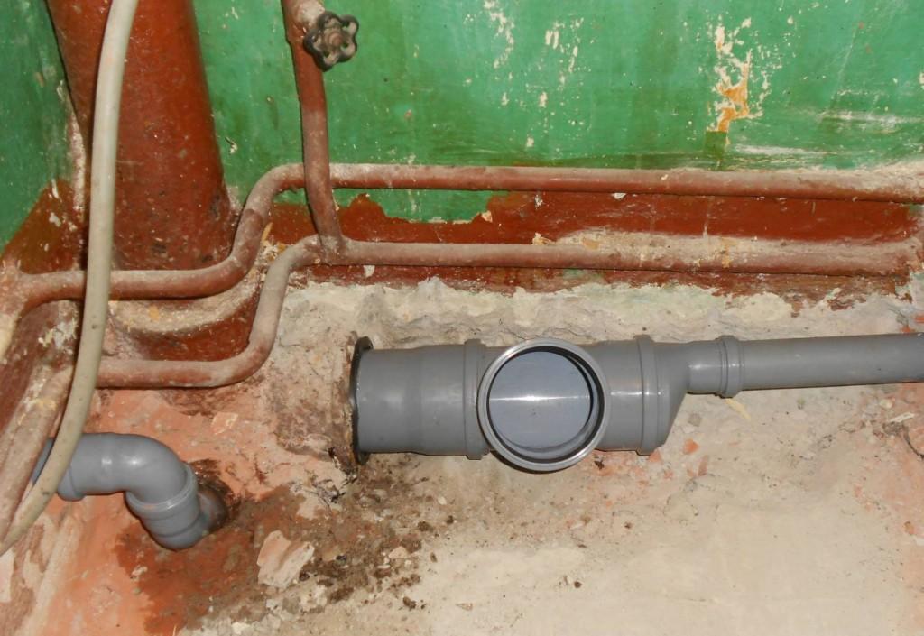 kak-spryatat-kanalizacionnye-truby-1024x705